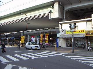 商店街から塚本駅方面を見る